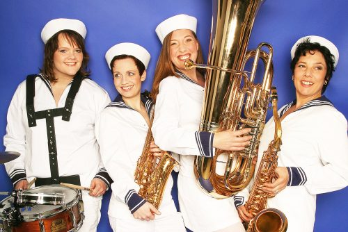 BrassAppeal – vier Musikerinnen mit Saxofon, Schlagzeug, Tuba bei Maritimem Event, Live-Musik, Schiffstaufe, Bootsmesse, Hafenfest oder Segelregatta